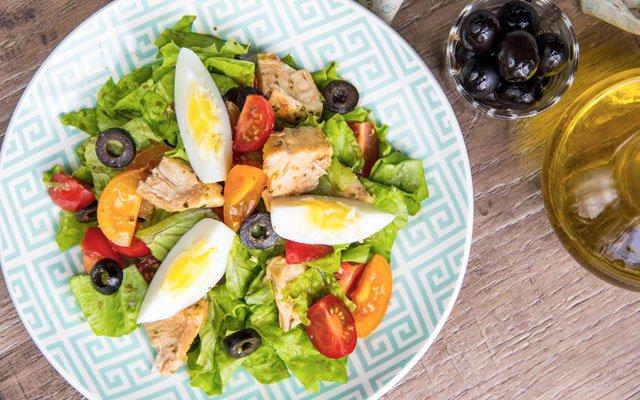 Zelena solata s piščancem, jajcem in olivnim oljem